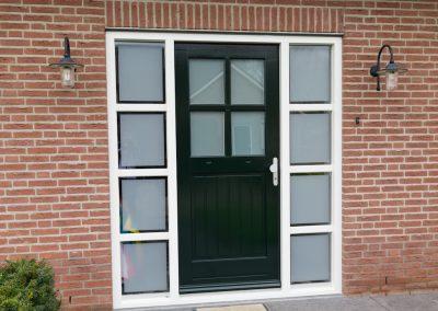 Nieuw glas en schilderwerk aan voordeurpui